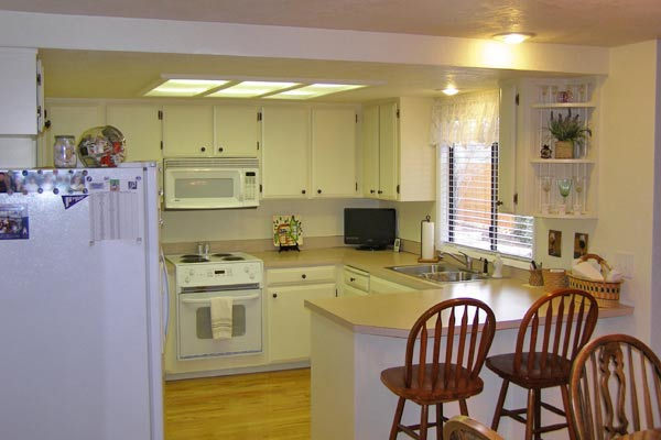 Kitchen cabinet painting bend or cabinet refinishing for Refinishing old kitchen cabinets